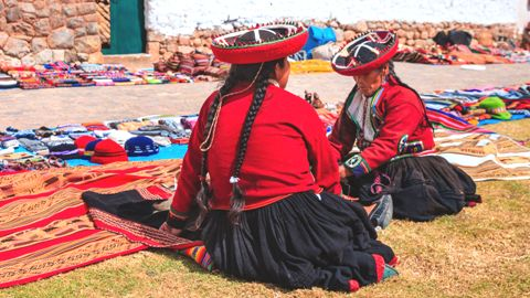 Ladies Selling Mats and Hats in Perú
